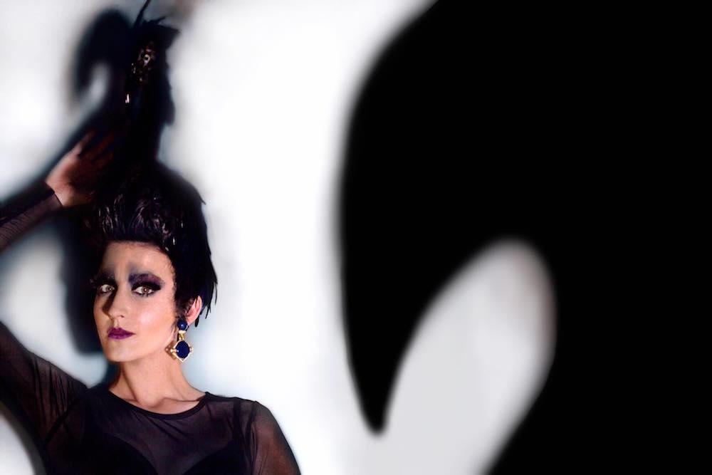 raquel para metamorfosis hos davines lisboa hair on stage tocado de cisne negro cabello oscuro