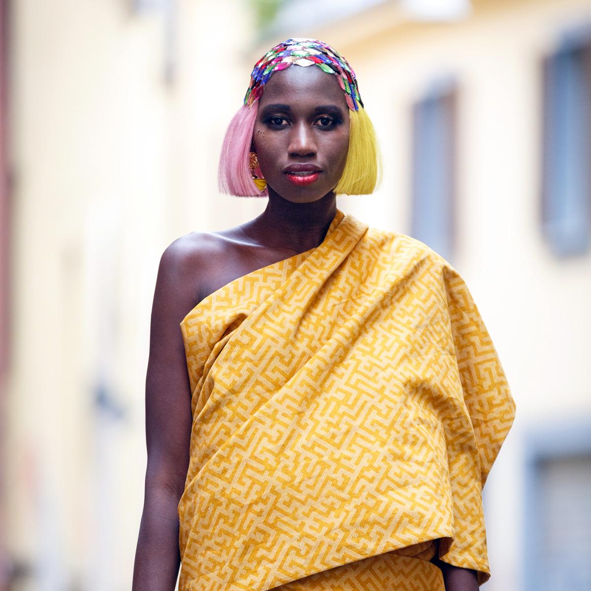 cabello en color fantasía, rosa y amarillo para la colección la décima reina presentada en davines hos bologna