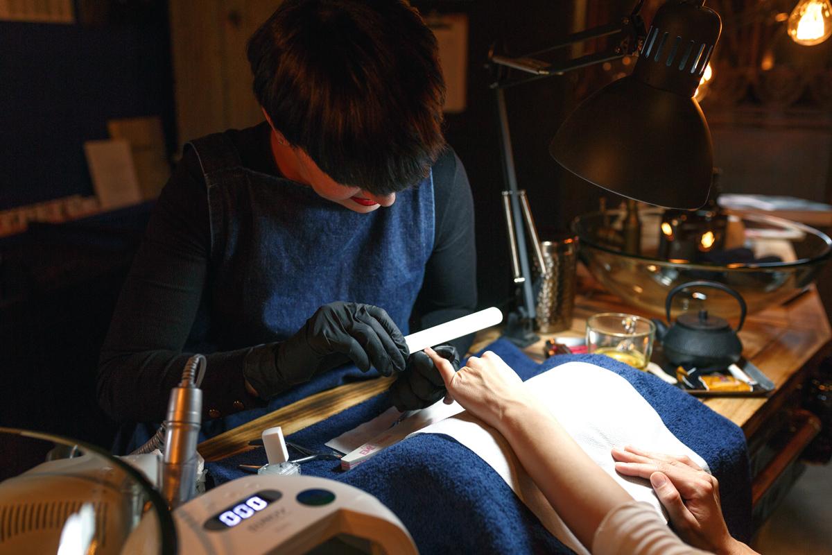 servicio de manicura en el espacio isaac salido, realizamos esmaltado permanente, tradicional y tratamiento gel para las uñas