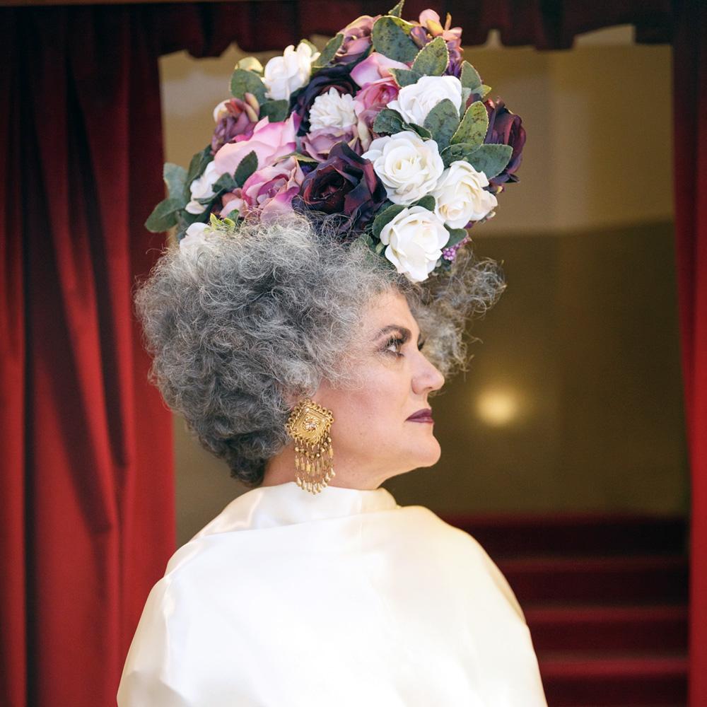 canas como símbolo de la belleza natural en la décima reina para davines hos bologna, el cabello silver no envejece sino rejuvenece