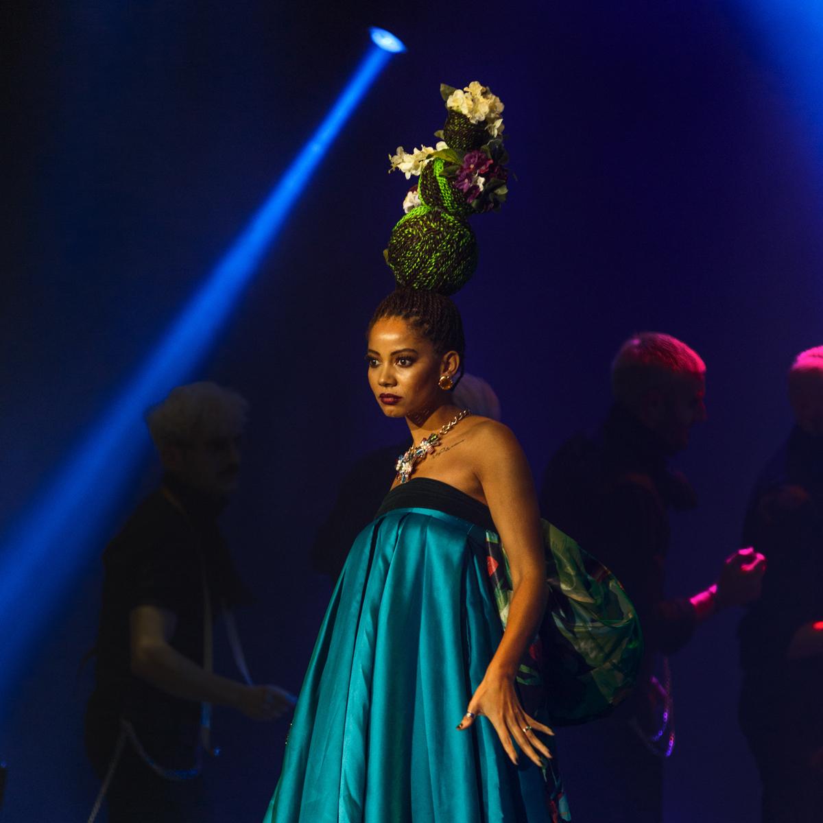 cabello trenzado en color fantasía verde y marrón por isaac salido para la colección la décima reina presentada en davines hair on stage hos bologna