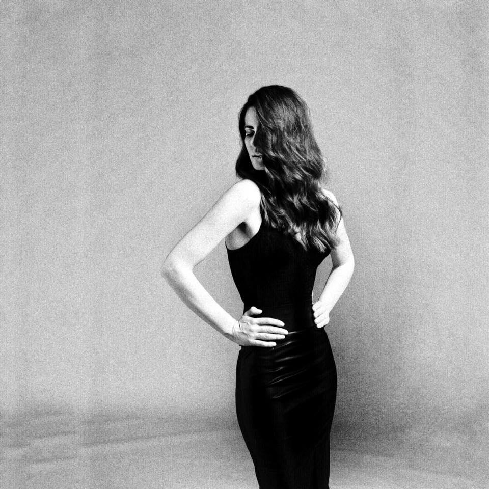 una fotografía en blanco y negro, hairstyle and makeup by isaac salido