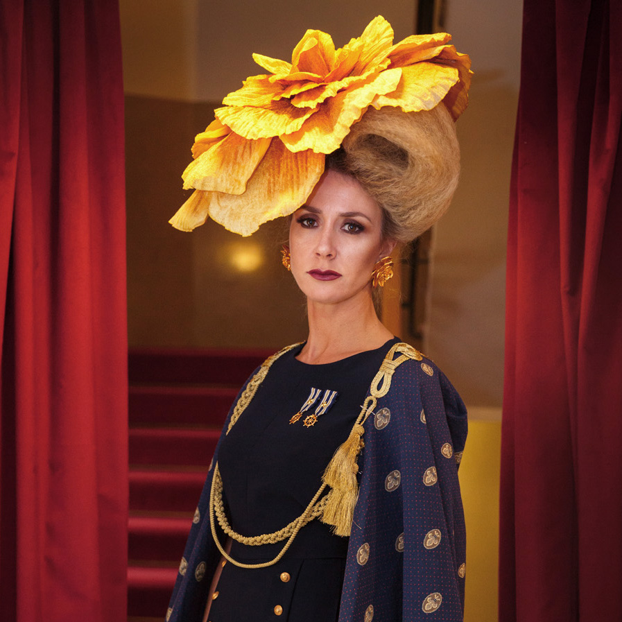 recogido de cabello rubio dorado con un tocado de flor, color realizado por Awa Lo y styling por Isaac Salido