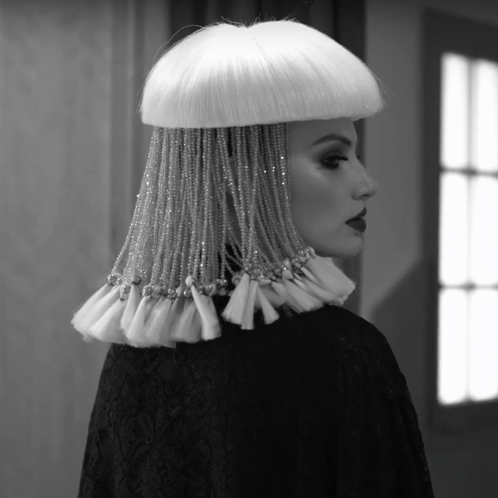corona creada por isaac salido en cascada de bronce y cabello blanco para la reina ishbel galway, parte de la colección la décima reina para davines hair on stage hos bologna
