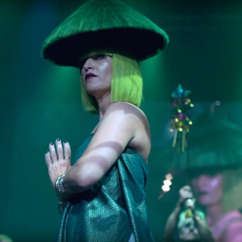 la reina shao ying presenta un corte bob perfecto por isaac salido y color verde fantasía creado por angie vallejo, y un sombrero tradicional de cabello en color verde esmeralda